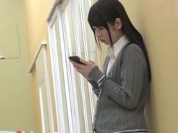 激カワ美少女JK女子高生が学校のトイレでレイプされ、手マンされて濡れたのを見せられて、そのまま声をひそめてパコられちゃう!