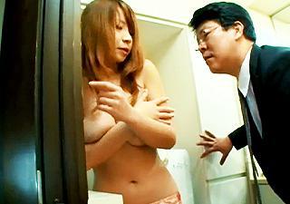 『きゃぁっ…早く閉めてっ!』洗面所に行ったら、まさかの娘の友達がお着替え中!瑞々しい若い体に欲情して、本能のままに濃厚セックス(*´∀`*)