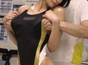 【湊莉久】小顔で黒髪ショートカットのアスリート美少女が、競泳水着のまま鬼畜施術師に性感マッサージされて痙攣絶頂痙攣イキしちゃう!