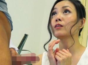「旦那がEDなんです…(><)」と、セックスレスに悩む熟女人妻が 、医師に相談してるうちに、医者の勃起した極太チ○ポを見て発情して中出し不倫SEXしちゃう!